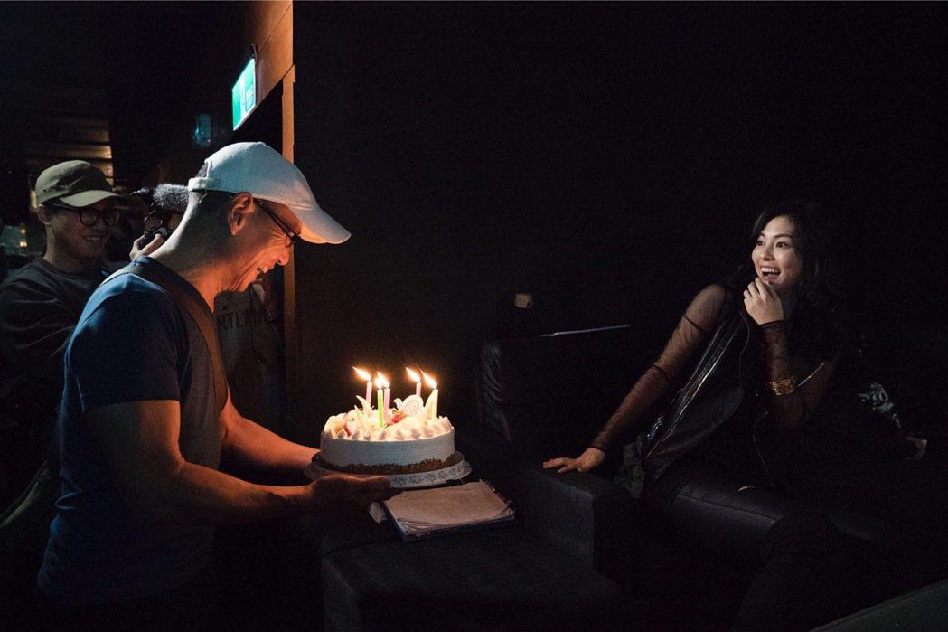 任容萱驚喜看到爸爸拿著生日蛋糕出現。圖/原創娛樂提供