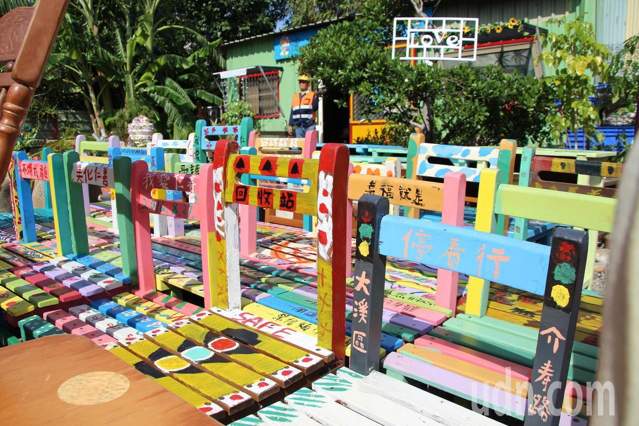 桃園市大溪區仁善里修惜站,裡頭有許多廢棄課桌椅,擁有美術繪畫才能的環保志工們,逐...