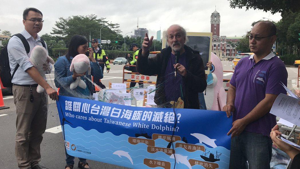 台灣蠻野心足生態協會理事長文魯彬(右二)疾呼,台灣白海豚正瀕臨絕種,卻沒看到政府...