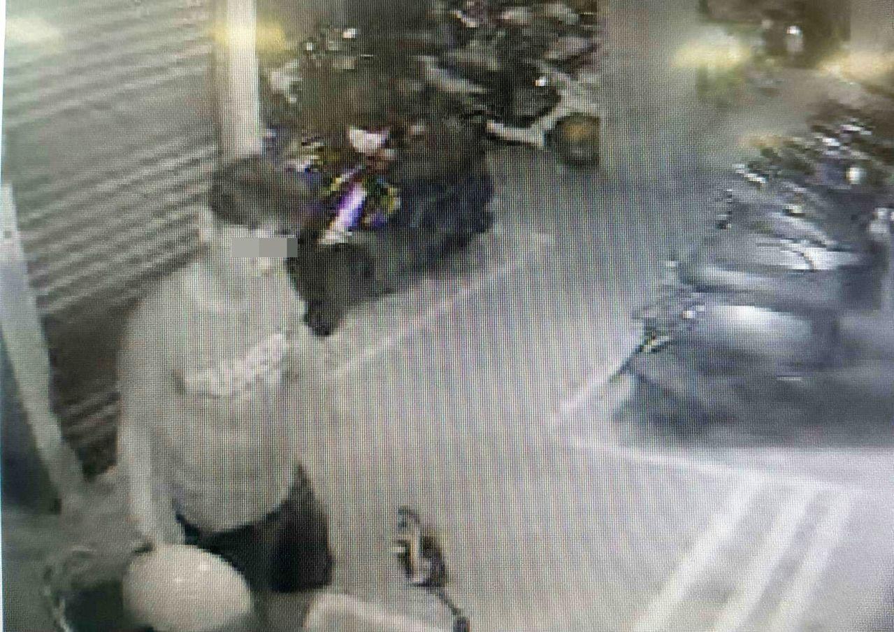 黃姓男子在東區崇德12街地下室停車場,涉嫌竊取重機車置物箱內3萬2000元。記者...