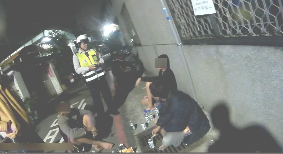 一名通緝犯和同事在台中市路中央辦酒趴,被警察查獲。記者游振昇/翻攝