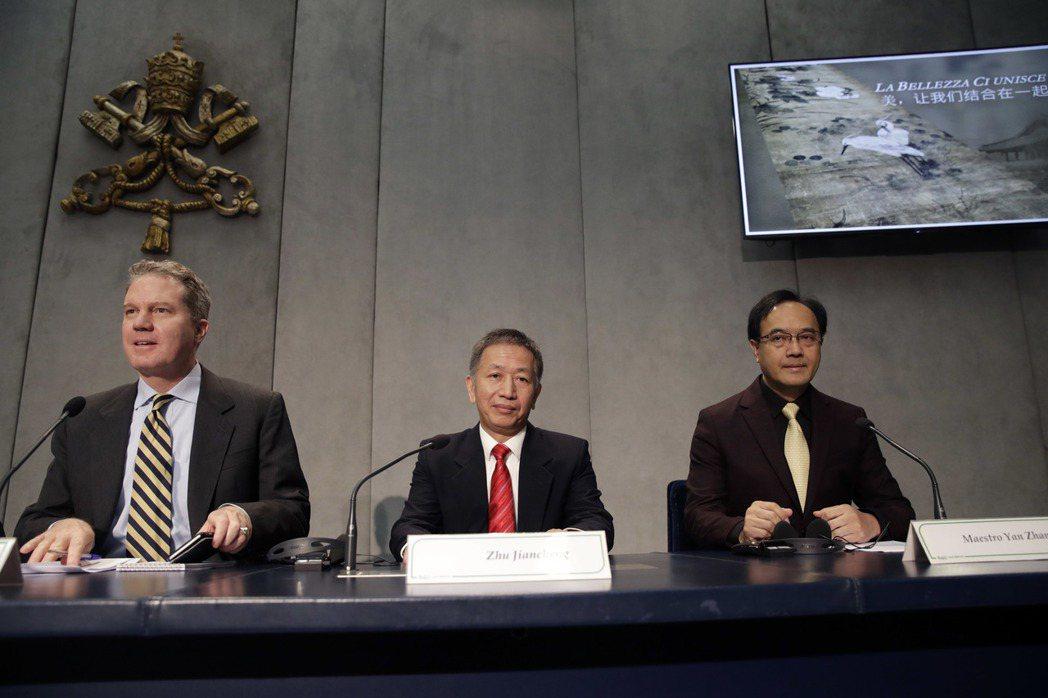 大陸「中國文化產業投資基金會」秘書長朱建程(中)21日在梵蒂岡表示,中梵雙向同步...