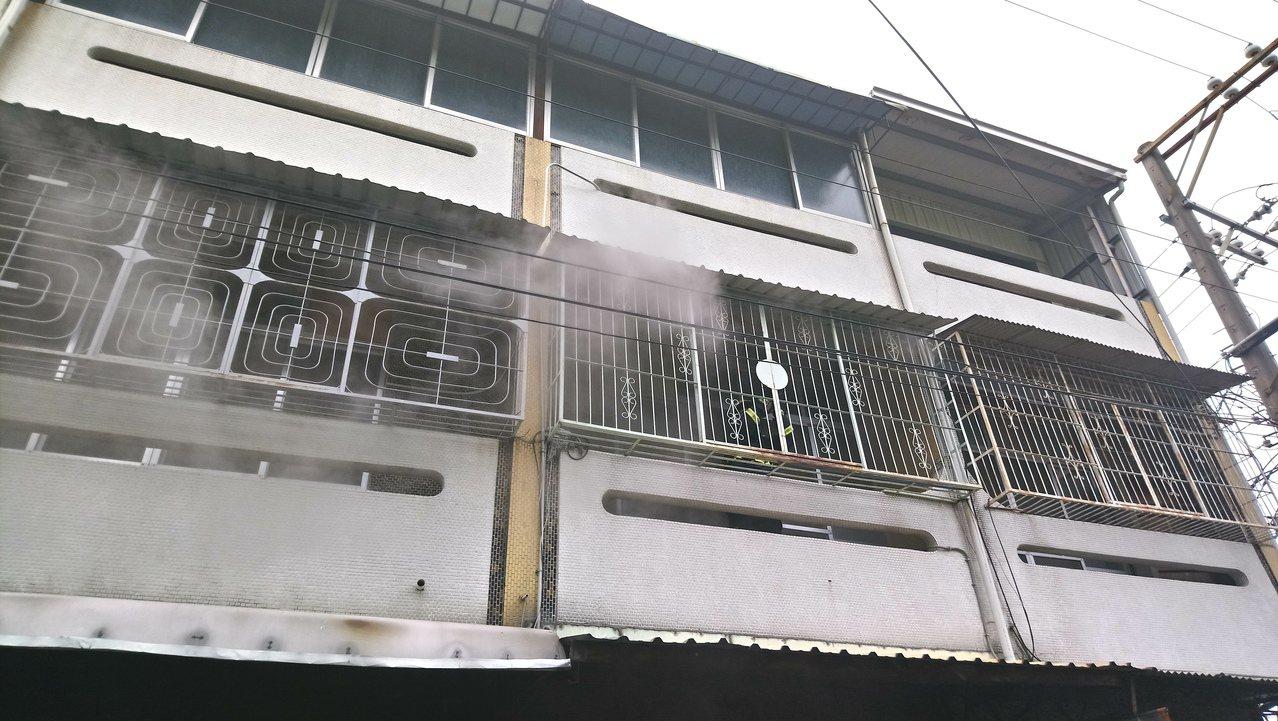 火災現場二樓仍冒著濃煙。 記者卜敏正/攝影