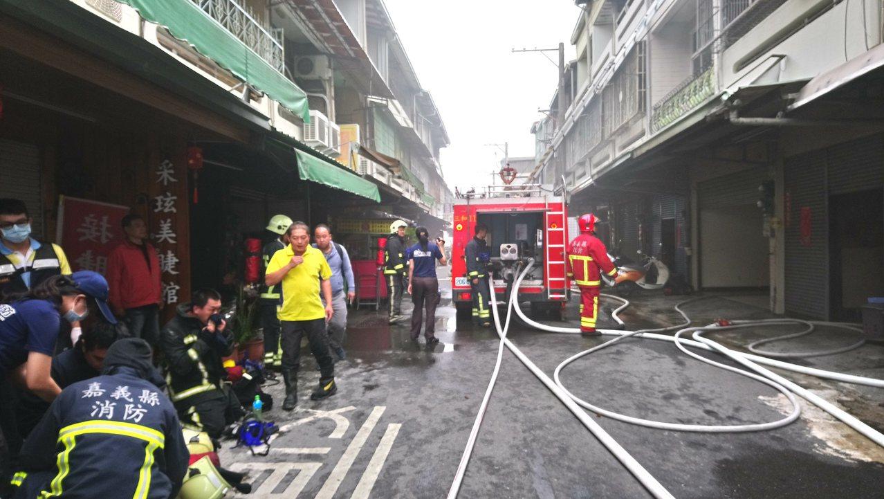火災現場為舊式連棟住宅,道路比較窄。 記者卜敏正/攝影