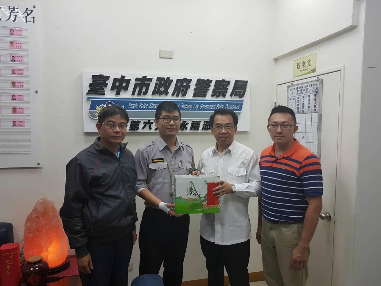 台中市警察局長楊源明(右二)頒破案茶,感謝追捕搶嫌到案的警員徐孟群(右三)。記者...