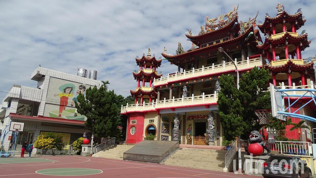 員林百果山區的明湖國小的校地屬開林寺廟產,是全台唯一「校中有廟,廟中有校」,而且...