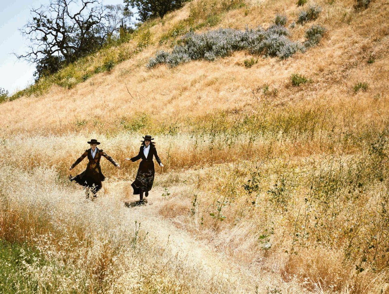模特兒Ruth Bell和Grace Hartzel共同演繹2018早春度假影片...