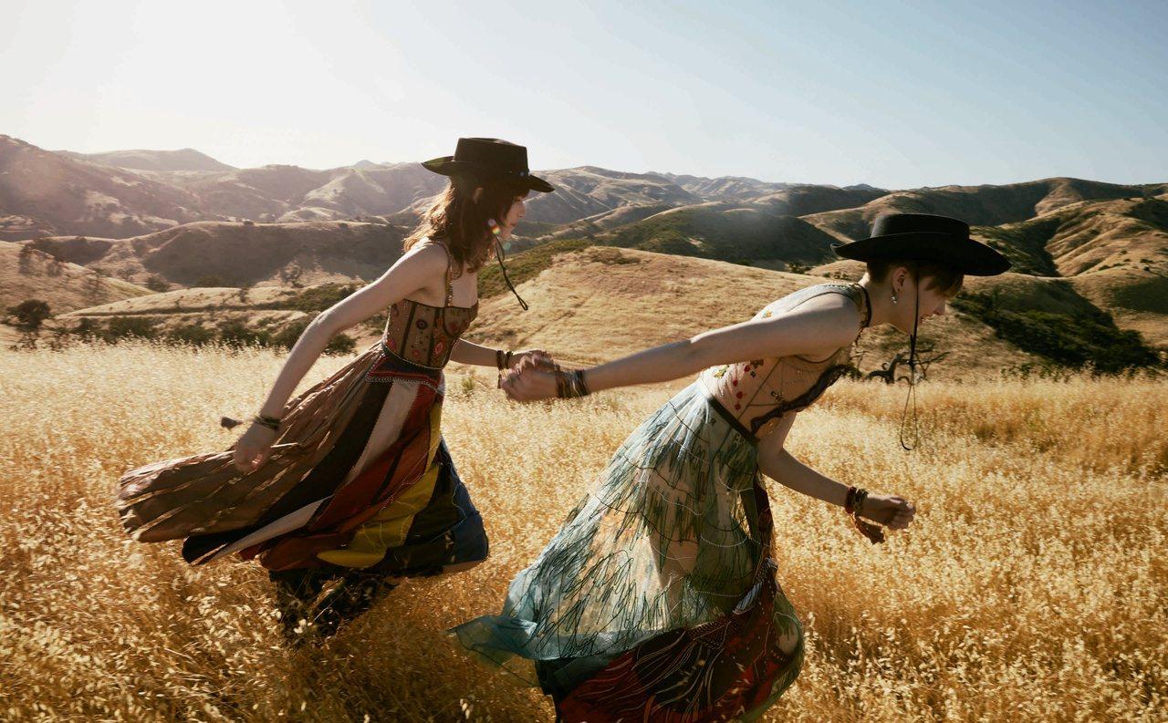 模特兒Ruth Bell和Grace Hartzel恣意遊樂演繹2018早春度假...