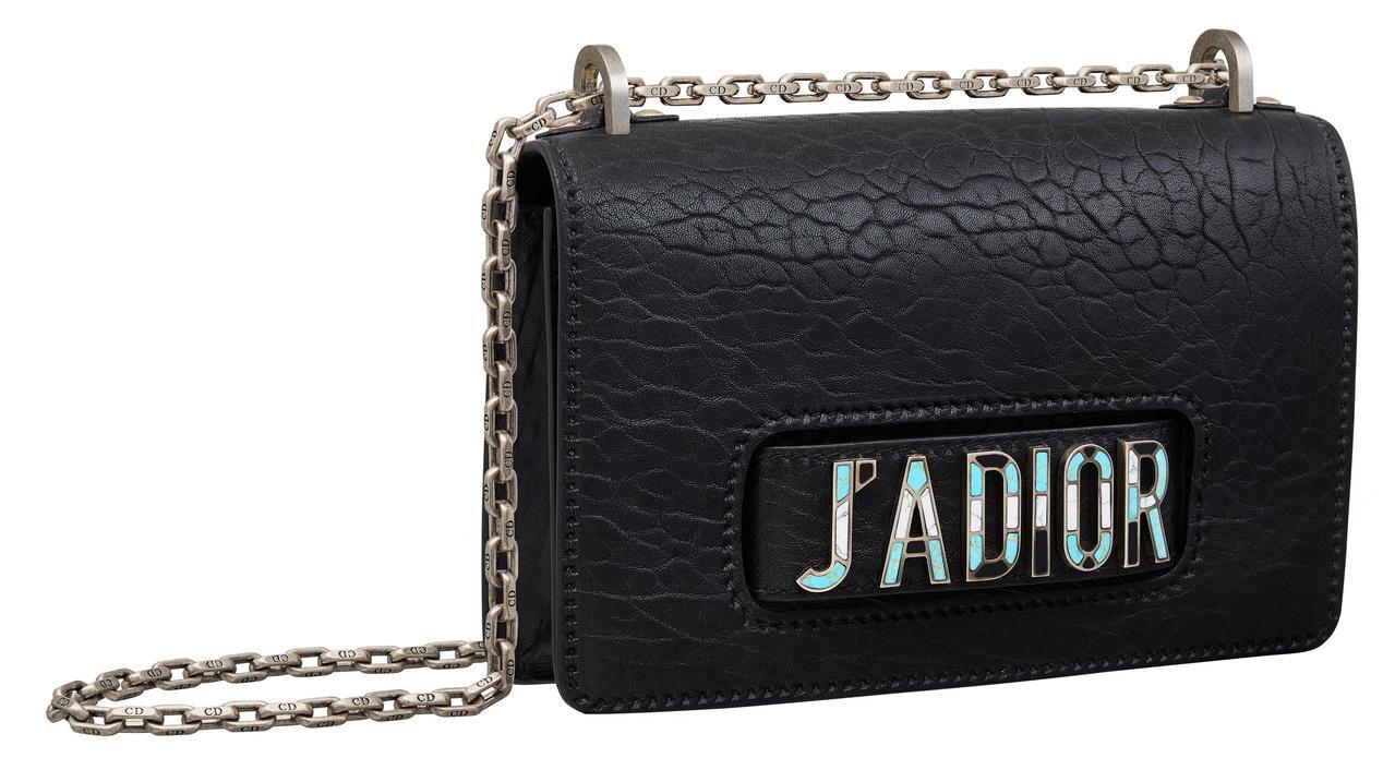 J'adior黑色峽谷壓紋小羊皮馬賽克寶石鑲嵌手拿鍊帶包,售價13萬元。圖/Di...