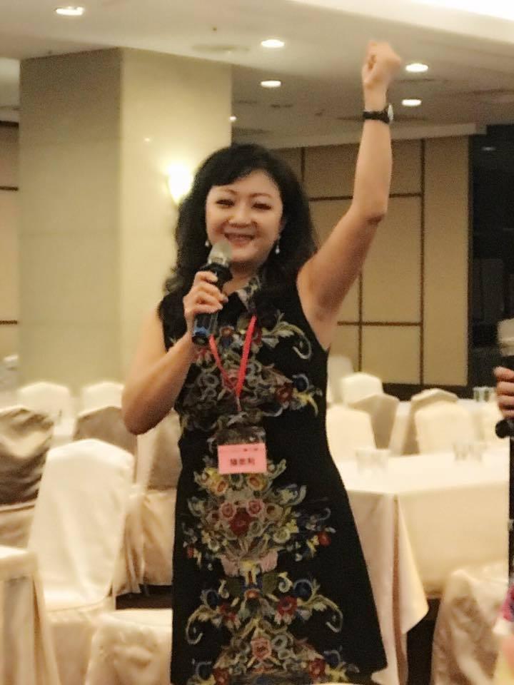 陳美利當選台中市醫師夫人聯誼會下任會長,她高興的舉起手歡呼,同時感謝。圖/摘自陳...