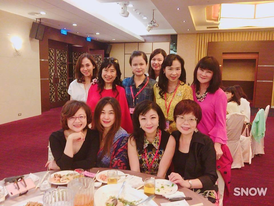 陳美利(前右二)當選台中市醫師夫人聯誼會下任會長,她感謝「姊妹們」的支持。圖/摘...