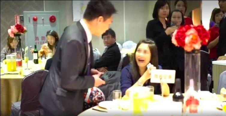 服務人員想請女子離開,對方竟然用力拍桌子,把桌上的飲料灑出去,又將桌上的牌子摔在...