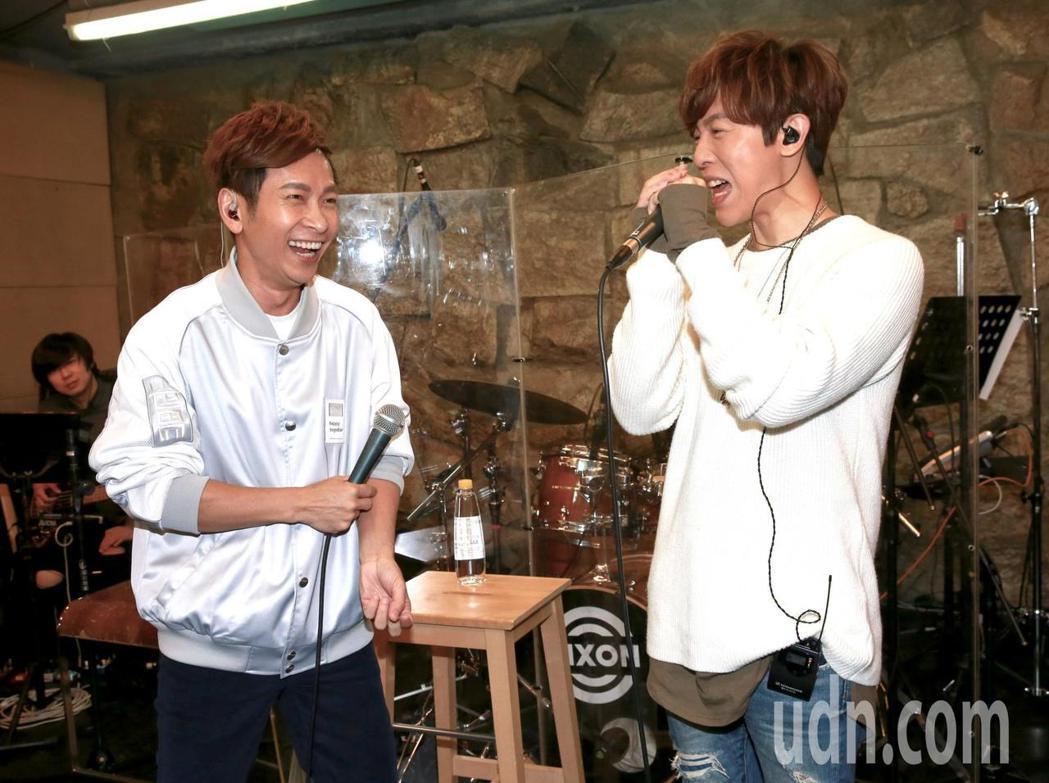 方泂鑌(右)也和同為演唱會佳賓的張智成(左)一同彩排,對唱經典情歌「May I ...