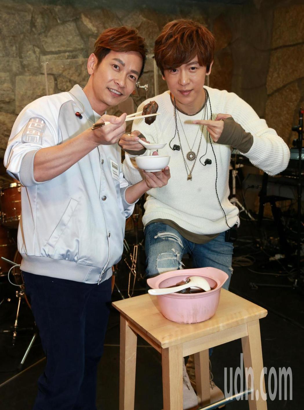 好友張智成(左)親自拿出煲湯絕活,送上「十全大補雞湯」預祝演唱會開唱十全十美,爲...