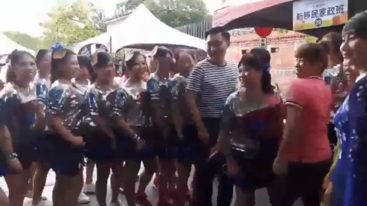 立委江啟臣與新移民社團跳甩肩舞。圖/江啟臣服務處提供