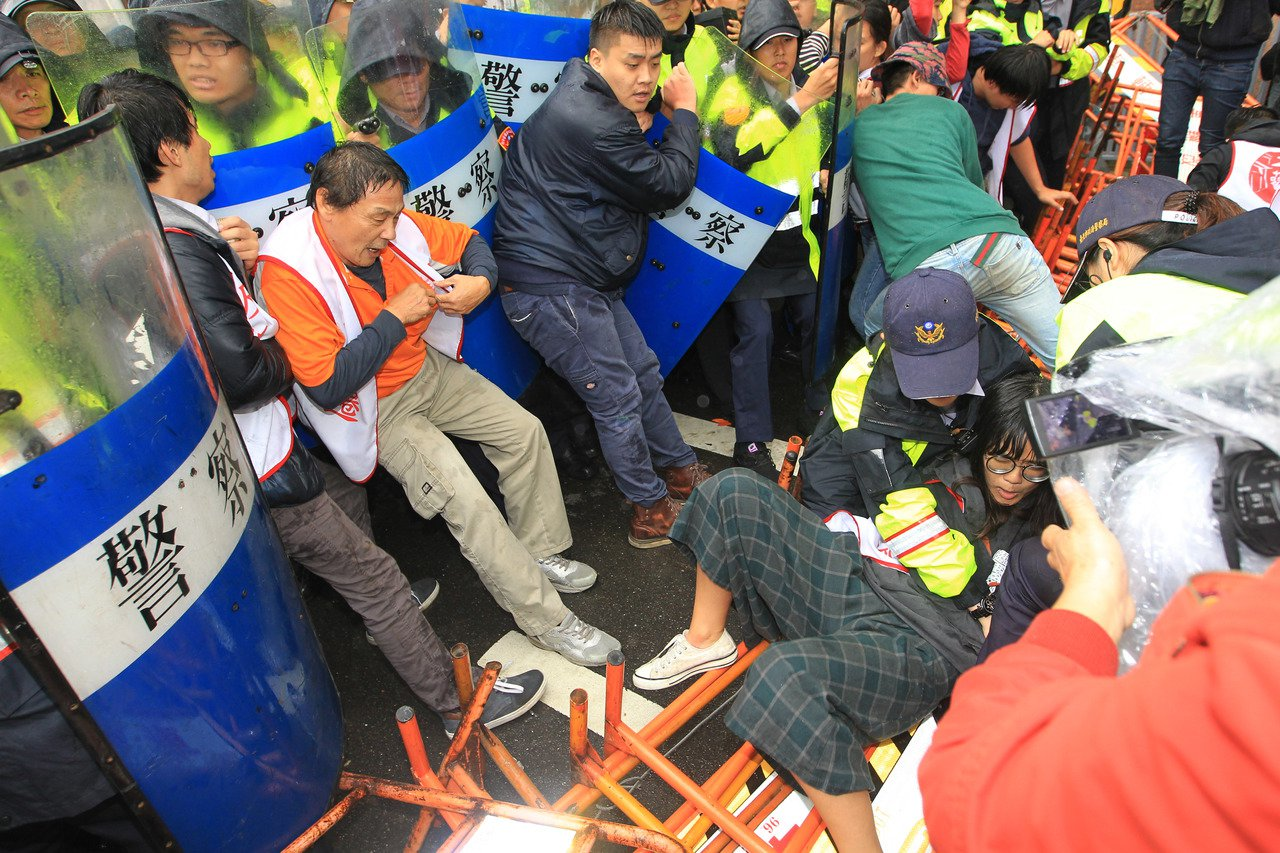 大觀反拆遷自救會民眾,趁蔡英文總統車隊到場時,群情激動嘗試衝破警方封鎖線,爆發推...