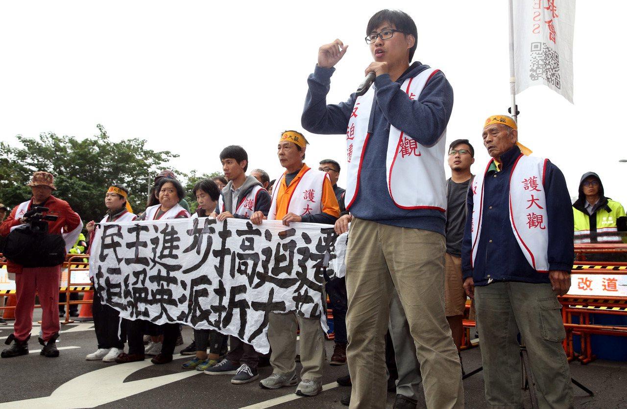 大觀反拆遷自救會民眾,今天前往民進黨中央黨部門口抗議。記者林俊良/攝影