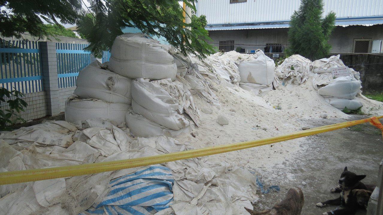 卓蘭淨水廠區內堆置大批碳酸鈣結晶體,因此影響軟水設備運作。記者范榮達/攝影