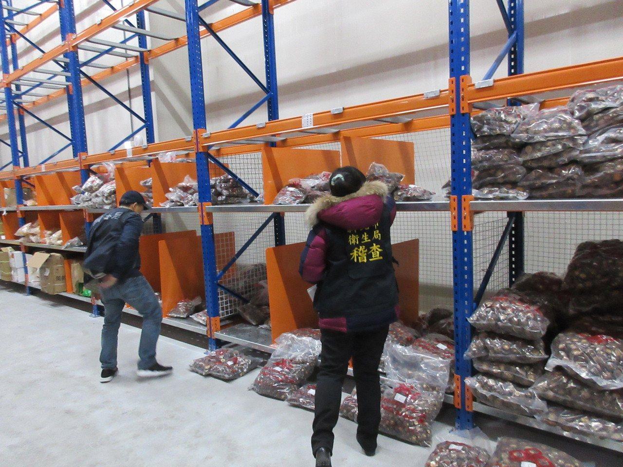 新北市衛生局至「平衡食品公司」位於新北市五股區的工廠,查獲多項來源不明的香菇和過...