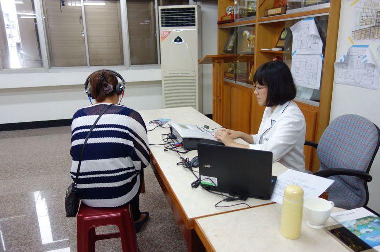 東區職業傷病防治中心在今年度為66名木工師傅篩檢,就有逾7成的人聽力異常及受損。...
