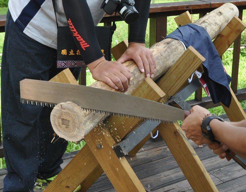 木工師經常處於「噪聲源」中,花蓮慈濟醫院提醒民眾,在高頻噪音的環境下工作時,應配...