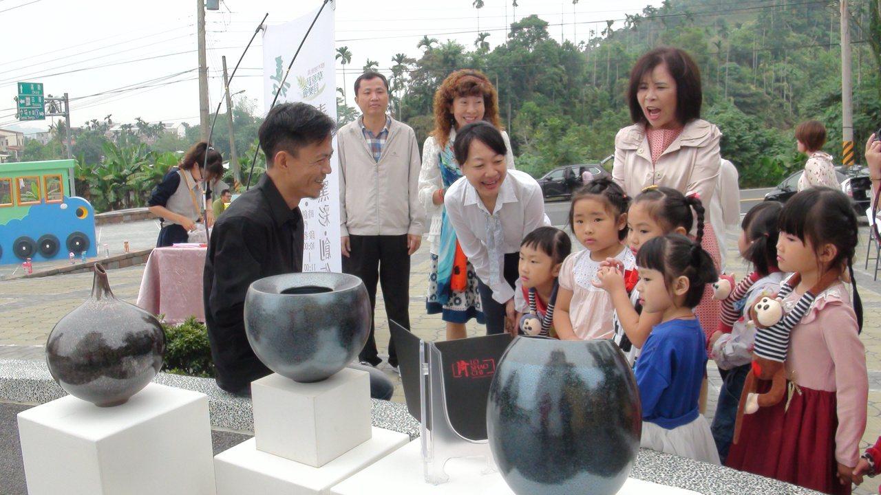 羅紹綺(左1)捐出他的青玄埔窯彩創作當摸彩品,價值6萬5千元,比iPhoneX高...