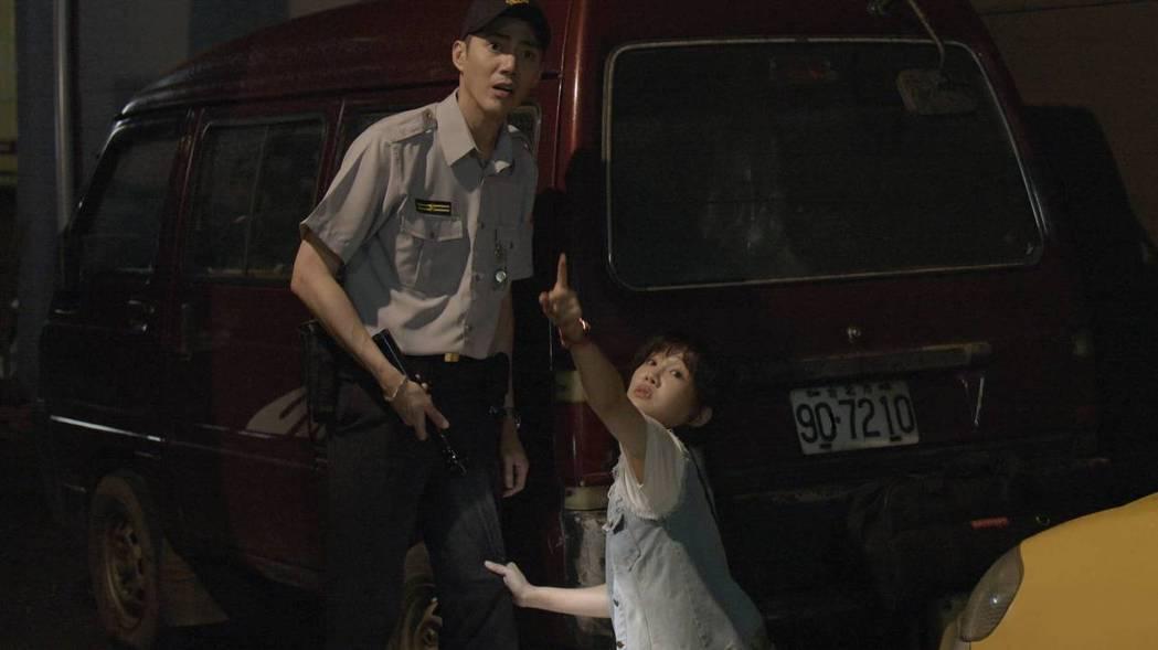 王凱(左)遭李佳豫撞擊胯下。圖/公視提供
