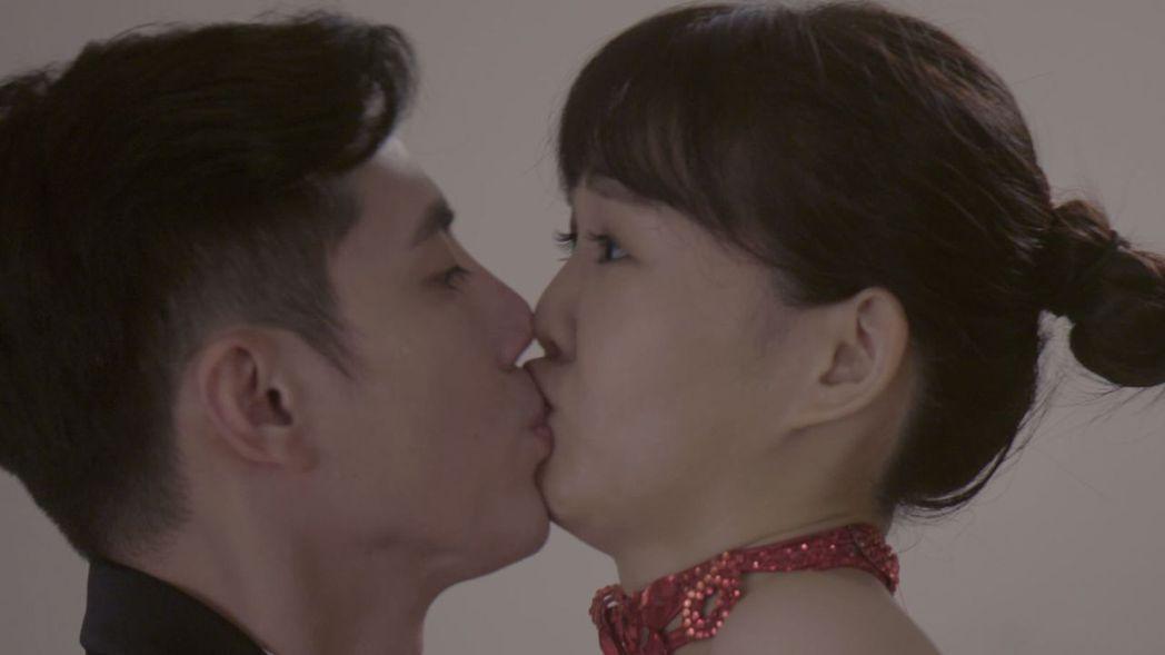 王凱(左)、李佳豫在「城市情歌」中上演吻戲。圖/公視提供