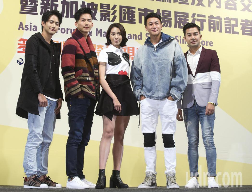 何潤東導演的《翻牆的記憶》與劇組演員楊晴、 吳念軒、張庭瑚。記者楊萬雲/攝影