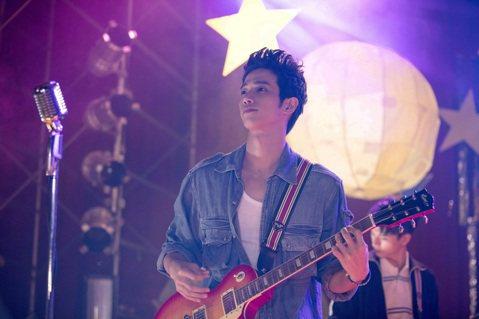 男星劉以豪在新片「帶我去月球」中扮演樂團吉他手,現實生活中他自己本來就是樂團吉他手,但是他仍然為戲花了不少時間練習,「從來沒有看到自己solo的樣子,滿過癮的」。除了大秀吉他,劉以豪也在片中重溫高中...