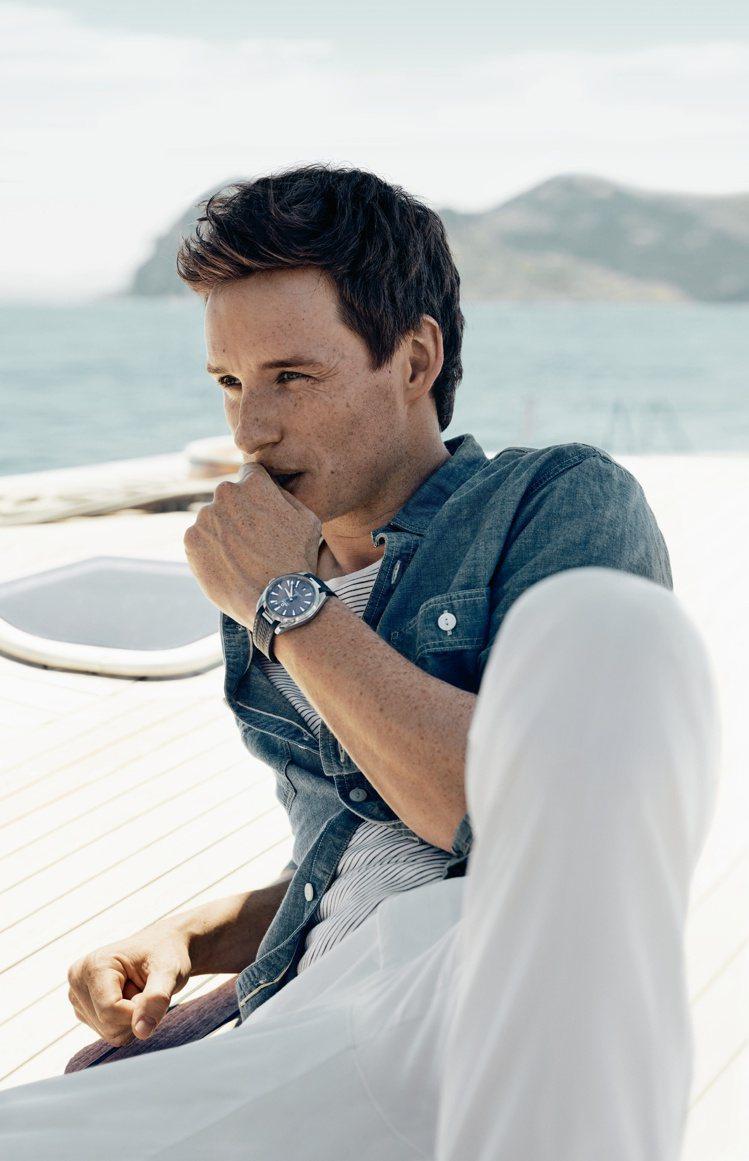 金獎影帝Eddie Redmayne在最新款的海馬Aqua Terra系列腕表廣...