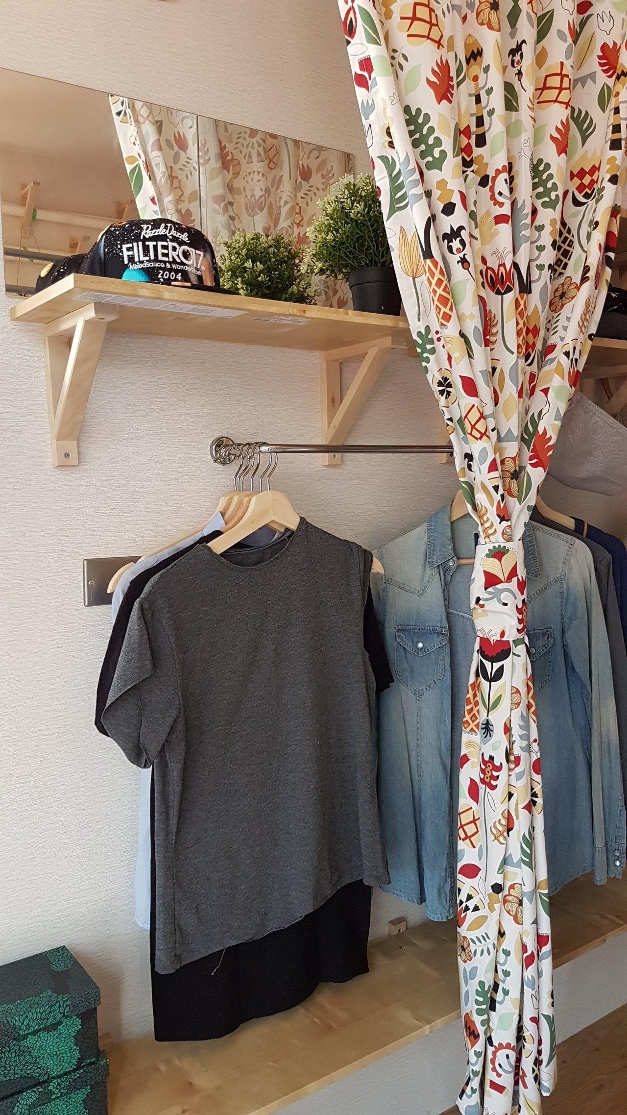 運用簡單的竿子搭配層架,再用窗簾當作美化也能有衣櫥的功用。記者王韶憶/攝影