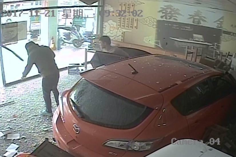1輛轎車昨天衝進台北市南港區的金春發牛肉店,兩名男子下車逃逸,今天傍晚車主到案說...
