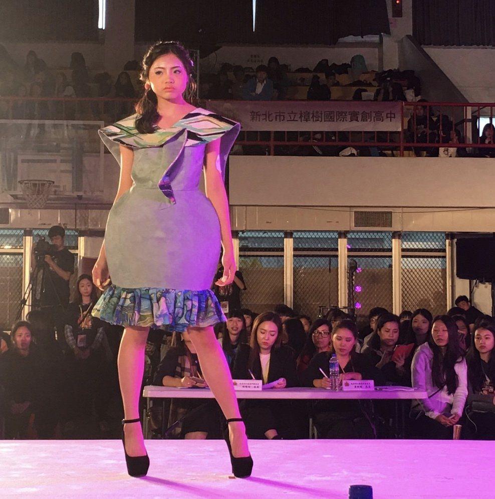 服裝設計冠軍是來自能仁家商服裝科高三吳佳樺,大膽採用麂皮材質,追求大自然感。圖/...