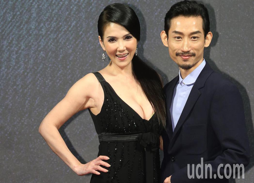 奪獎呼聲來勢汹汹的電影「大佛普拉斯」,男女主角員陳竹昇(右)、丁國琳金馬影展紅毯