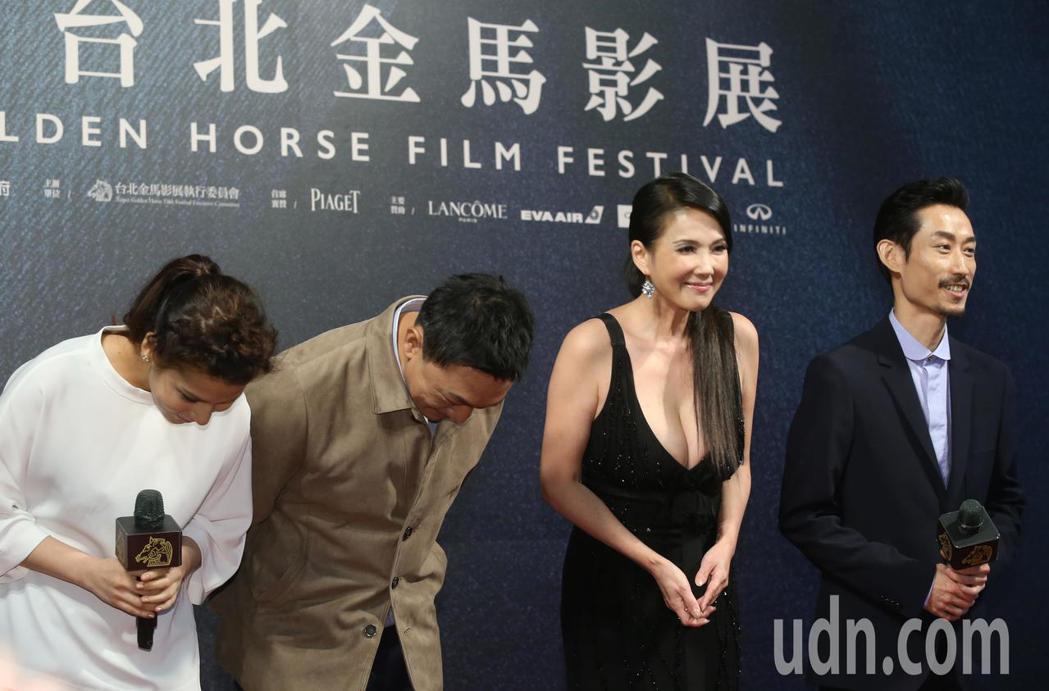 奪獎呼聲來勢汹汹的電影「大佛普拉斯」,今晚在導演黃信堯(左二)率領下,劇組演員陳...