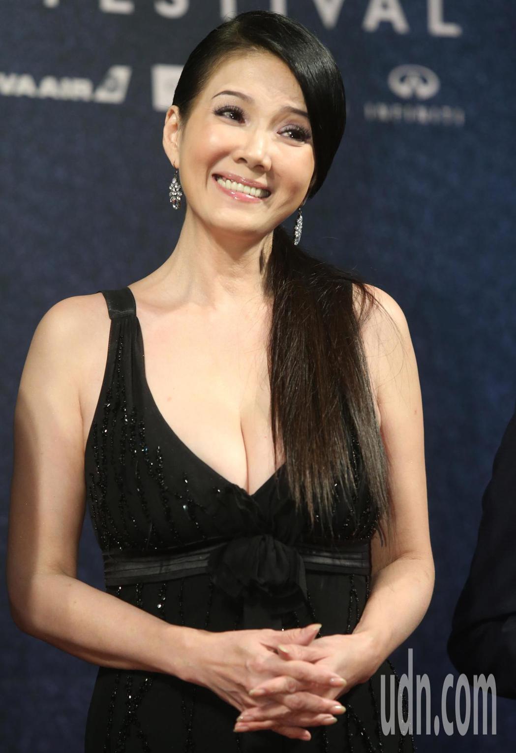 電影「大佛普拉斯」,丁國琳今晚在金馬影展紅毯亮相,冒著冷氣團來襲的低溫,她一襲黑...