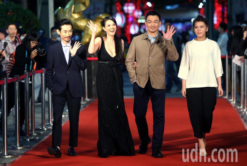 奪獎呼聲來勢汹汹的電影「大佛普拉斯」,今晚在導演黃信堯(右二)率領下,劇組演員陳...