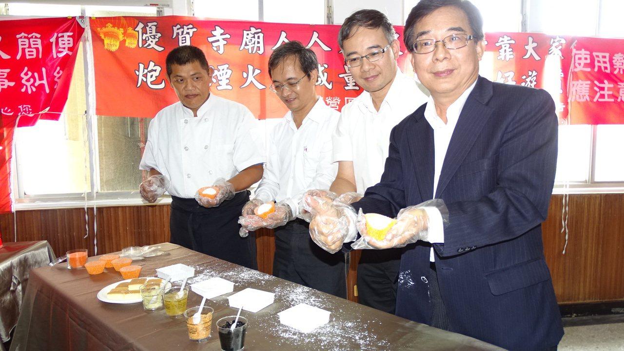 下營區長姜家彬(右1)、農會總幹事黃冠霖等人製作鵝肉大福。記者謝進盛/攝影