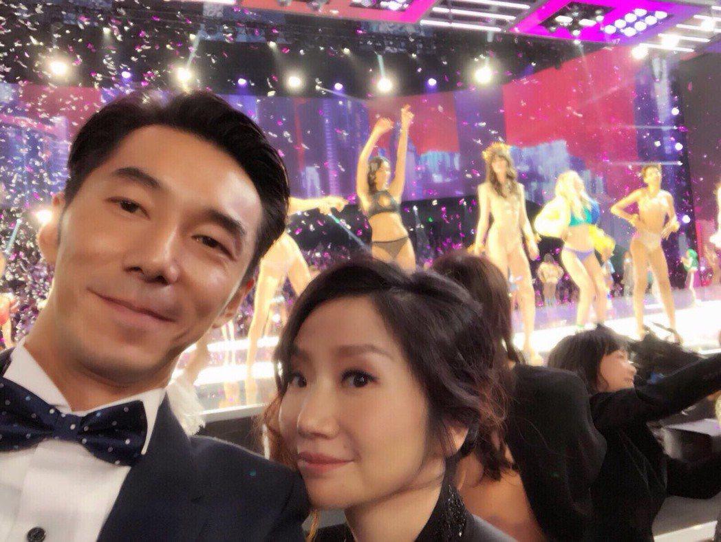 陶晶瑩(右)和李李仁受邀到上海看維密大秀。圖/經紀人提供