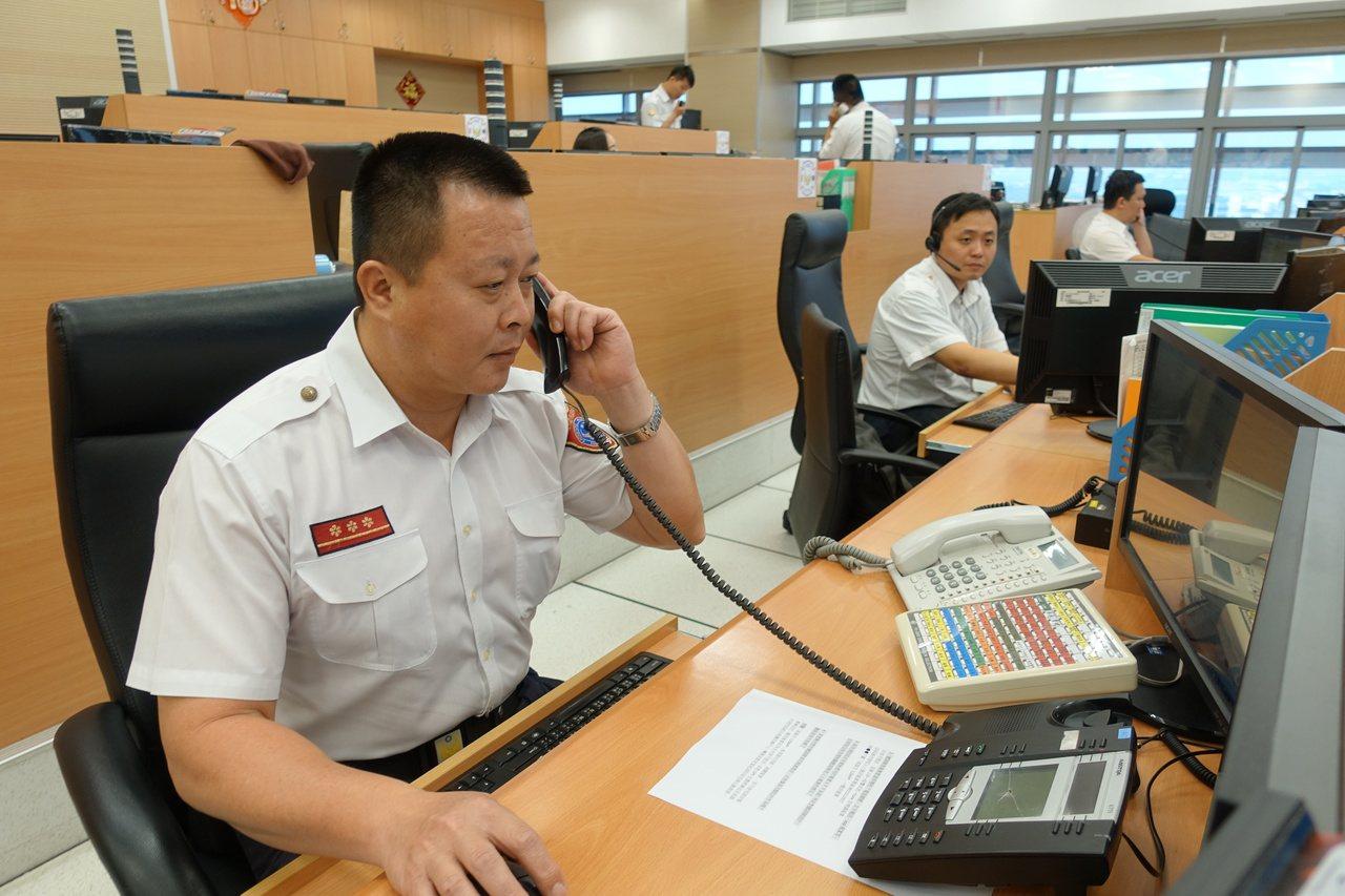 高市消防局119救災救護指揮中心派遣人員接聽報案電話。圖/報系資料照