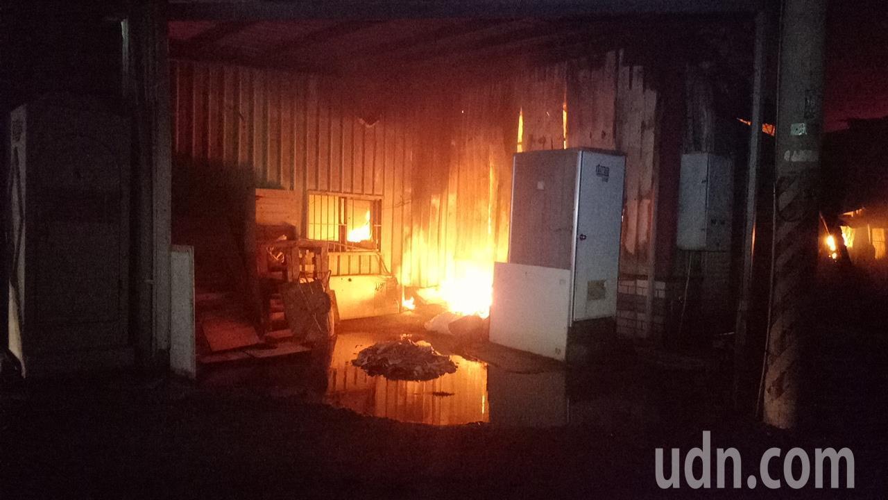 嘉義縣水上鄉村一處有存放瓦斯鋼瓶的倉庫發生大火。記者卜敏正/攝影