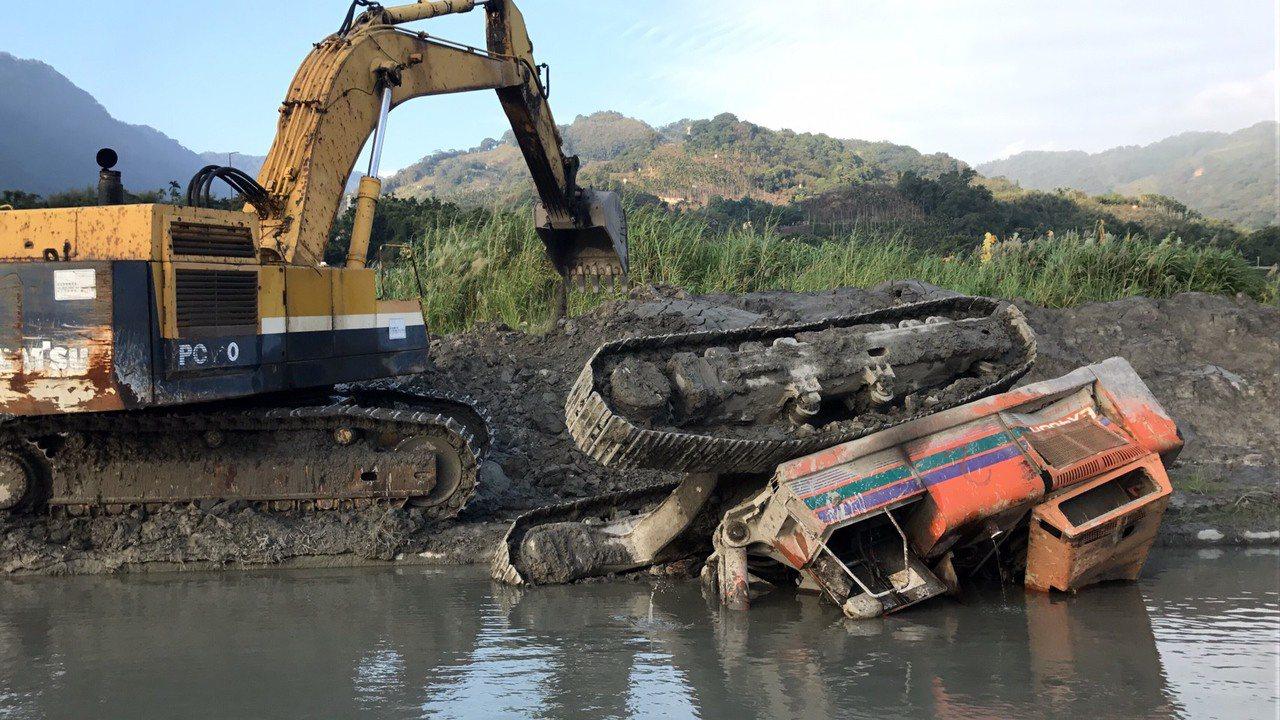怪手摔落水池中,司機逃生不及。圖/台中市消防局提供