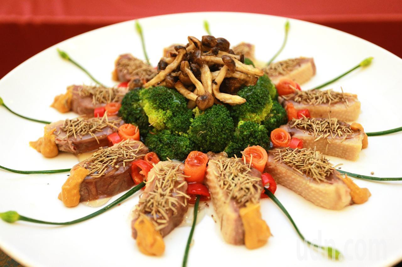 高雄各大飯店及餐廳主廚紛端出「鴨」箱寶,呈現鴨肉料理的不同風貌,鼓勵大家冬令進補...