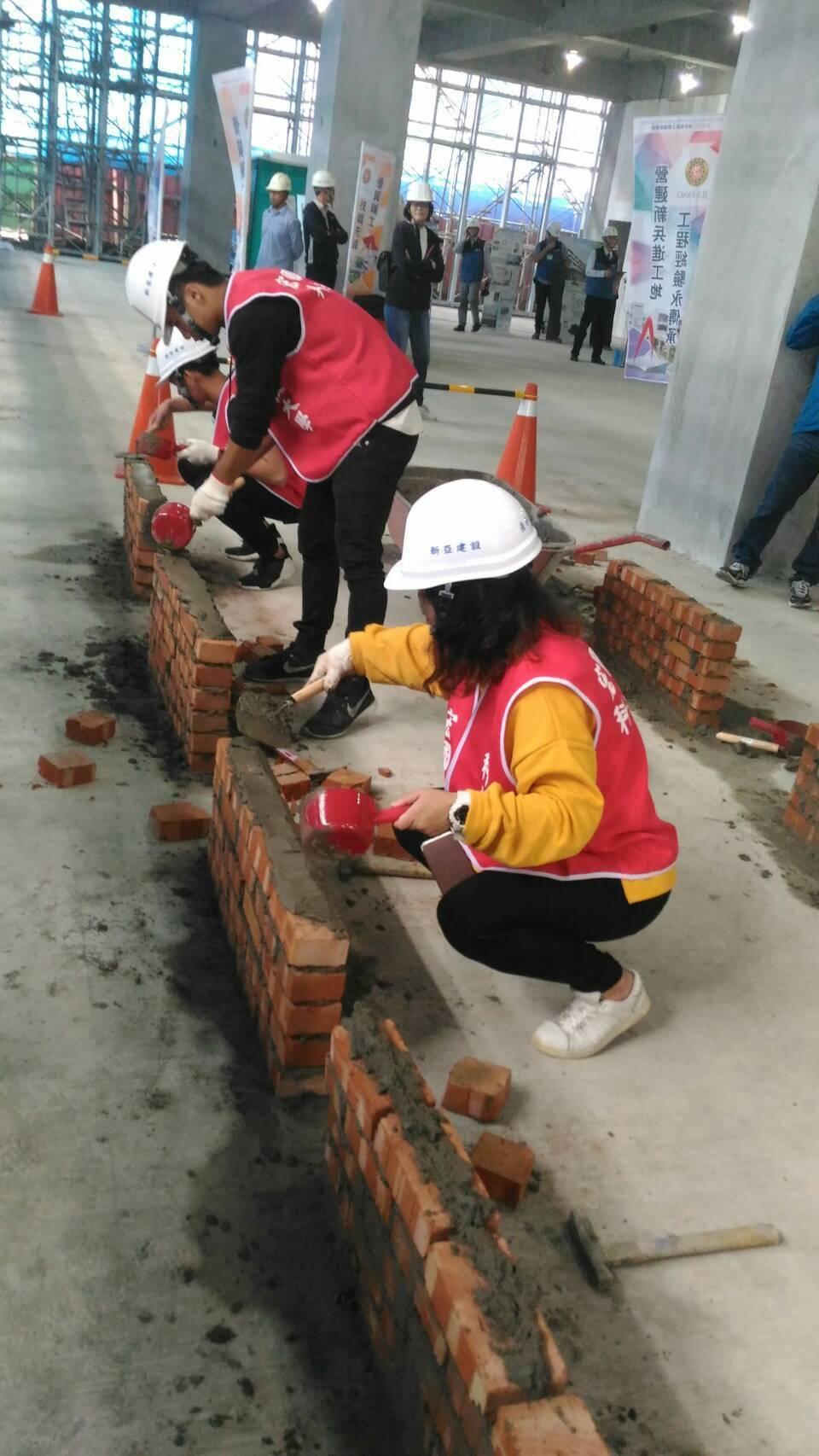 新北市工務局和教育局共同推動「技職教育紮根計畫」營建業媒合平台,讓技職學校學生能...