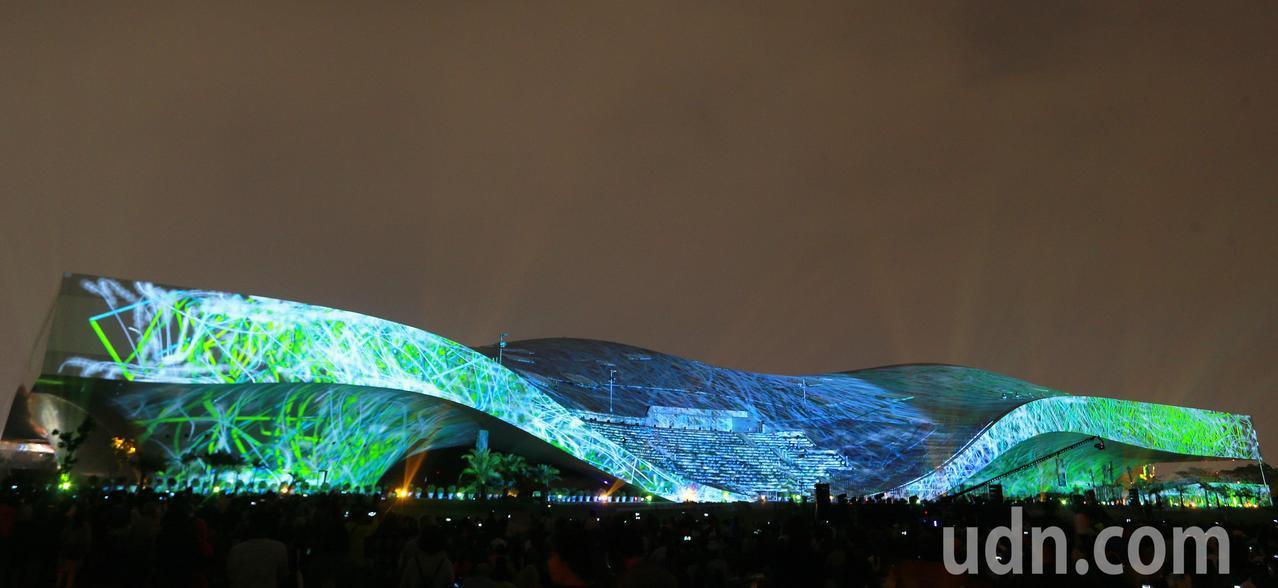 衛武營長228公尺、高36公的尺建物外牆,打造成亞洲最大劇院外牆3D光雕秀舞台。...