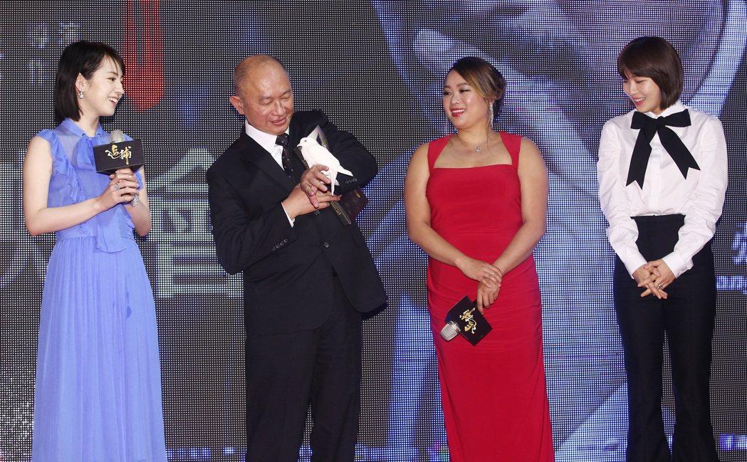 首映會上,河智苑(右一)秀了一段魔術表演,她先是在書上畫上一隻鳥的形狀並簽名,而...