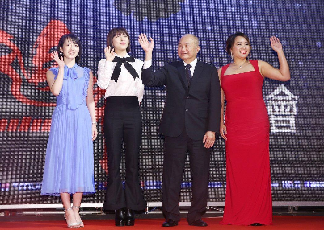 吳宇森執導最新作品《追捕》晚間在台北舉辦電影首映會,除了導演吳宇森(右二)之外、...