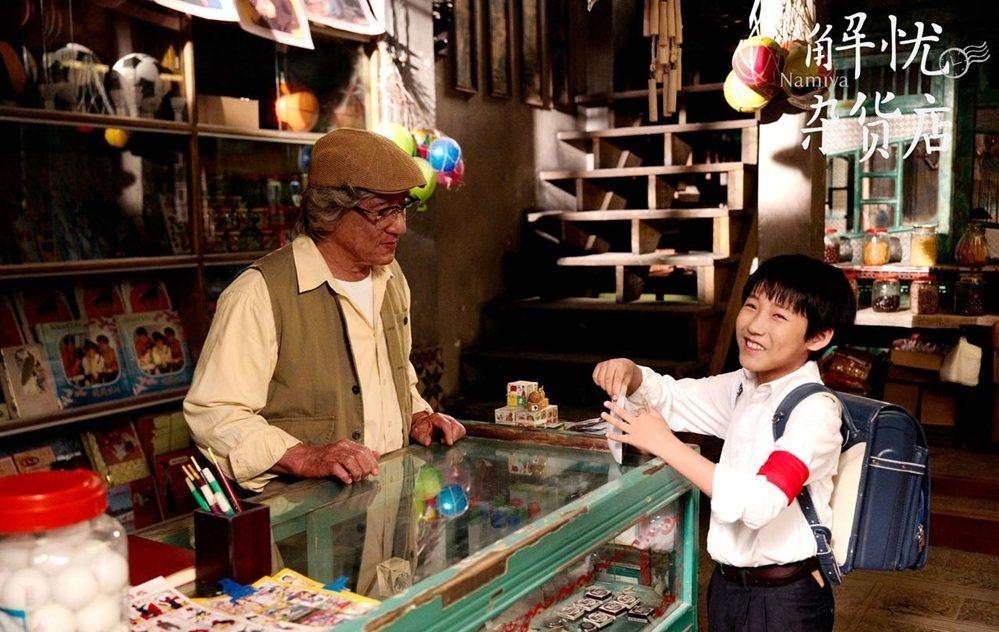 成龍(左)參與的大陸版「解憂雜貨店」,抽中在台上映陸片配額。圖/摘自時光網