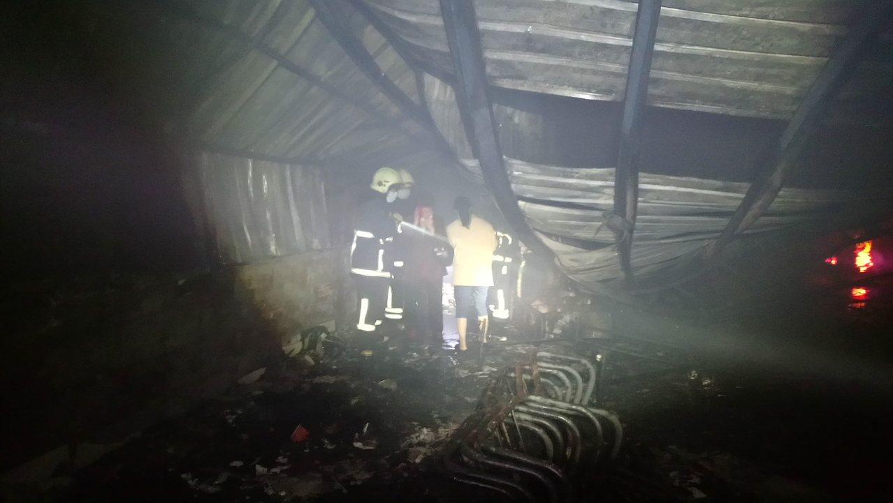 消防員帶家屬進入現場,確認死者身份。記者卜敏正/攝影